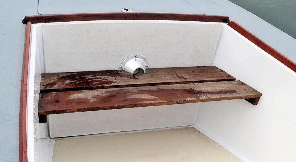 Le plateau de table est rangé derrière le banc