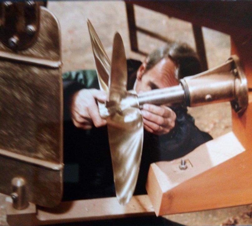 Christian Boyé travaillant sur une pinasse Raba