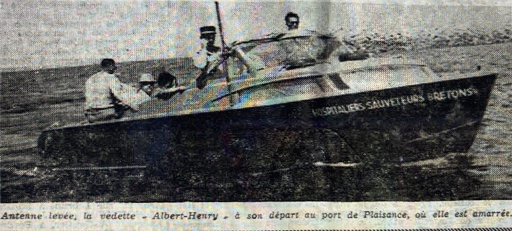 """La vedette """"Albert-Henry"""" avec à son bord les gendarmes André Gilbert et Robert Cazenave"""